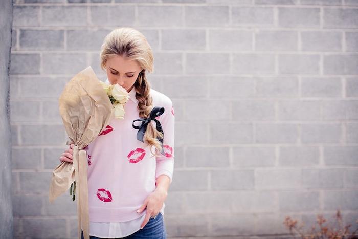 que offrir a sa copine, un bouquet de roses blanches, femme avec coiffure tresse et pull rose à motif lèvres