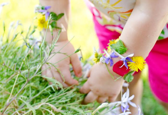 méthode montessori à appliquer en classe, promenade dans le foret pour ramasser des fleurs et fabriquer un bracelet