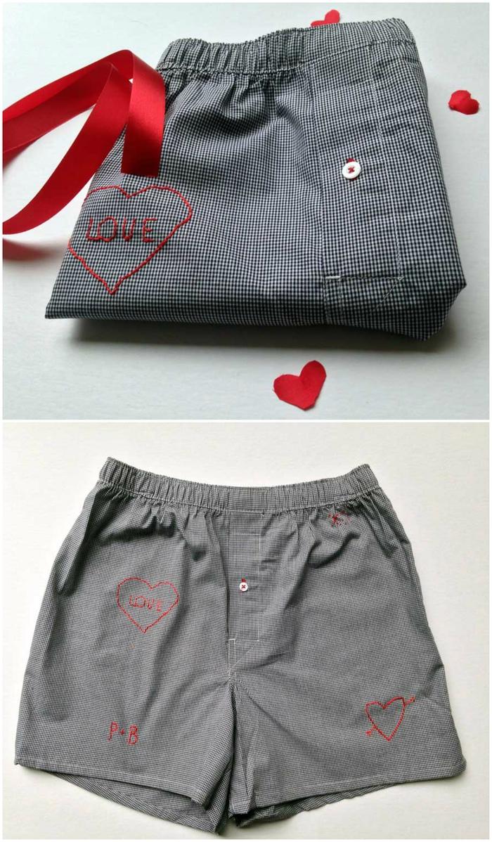 un boxer gris à personnaliser avec des broderies à motifs cœurs, cadeau pour lui qui le fera sourire