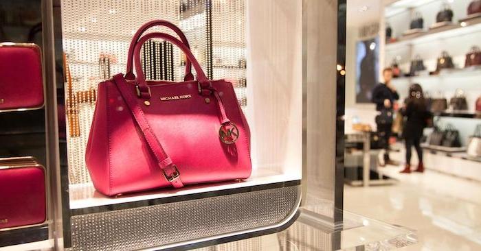 idée cadeau anniversaire copine et valentin, un sac a main michael kors, couleur rouge, exemple de cadeau femme classique