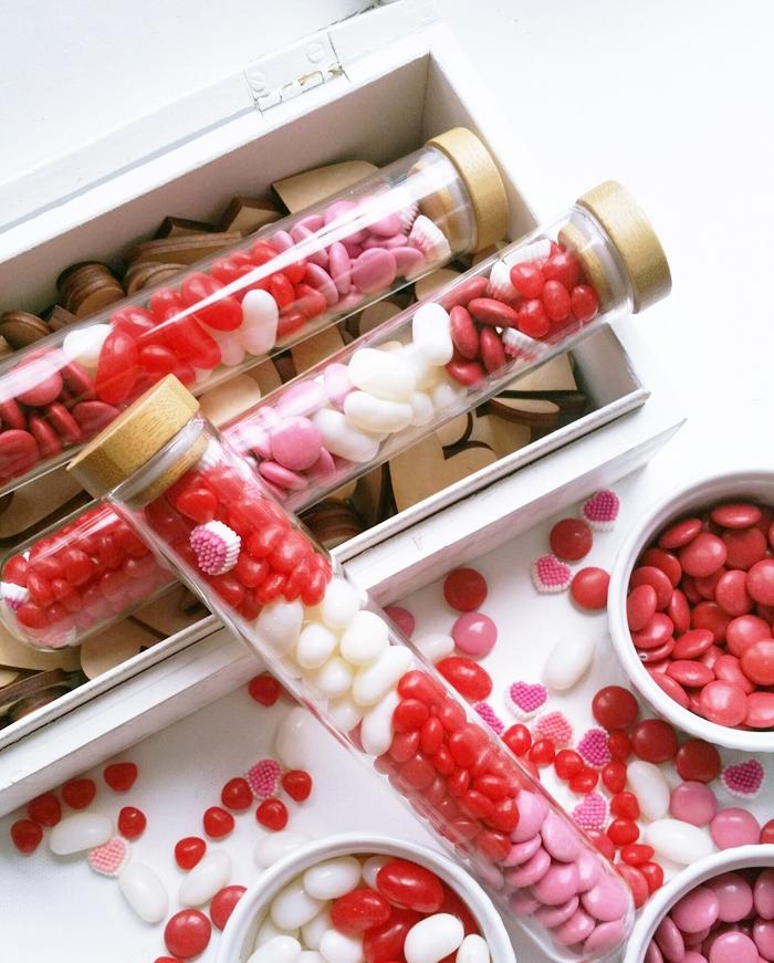 idée cadeau meilleure amie ou copine pour saint valentin, des dragés rouges, blancs et rose dans de petites fioles