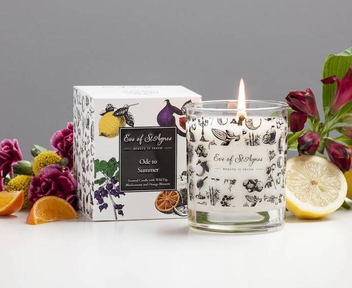 idée cadeau copine pour saint valentin, une bougie aromatique sélection spéciale, accessoire deco chambre