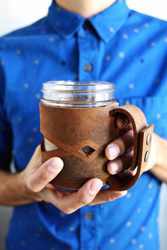 idée géniale de cadeau de saint valentin pour homme, un manchon de tasse à café en cuir au design masculin