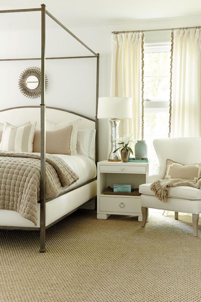 meuble chambre adulte avec grand lit encadré et fauteuil de cuir blanc, déco intérieur claire avec tapis beige