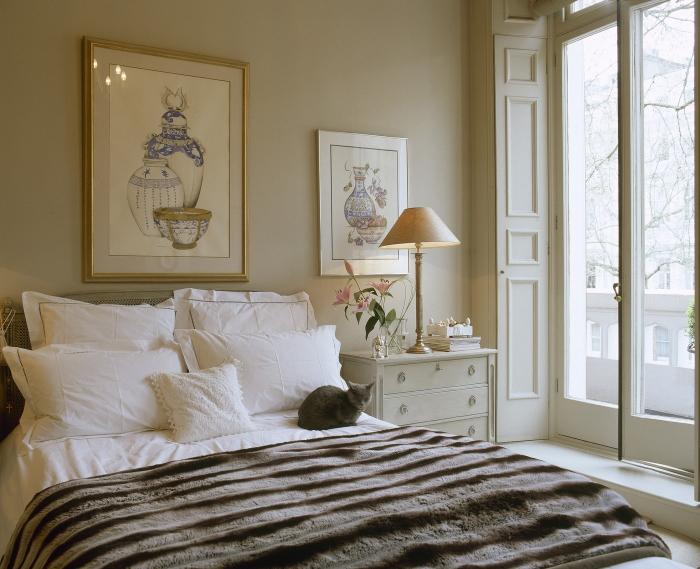 dessin blanc noir et bleu à motifs vases décoratives avec cadre photo en or, modèle de lampe de chevet beige en bois