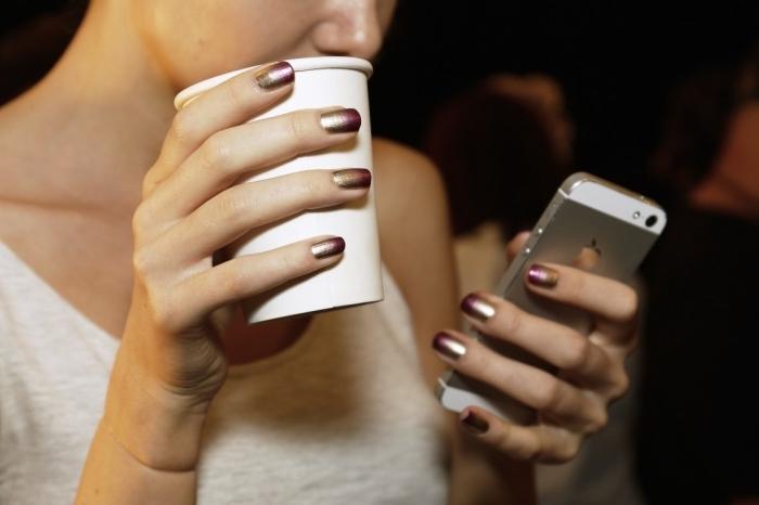 vernis à ongles brillant, choisir sa manucure pour l'associer au design de son portable