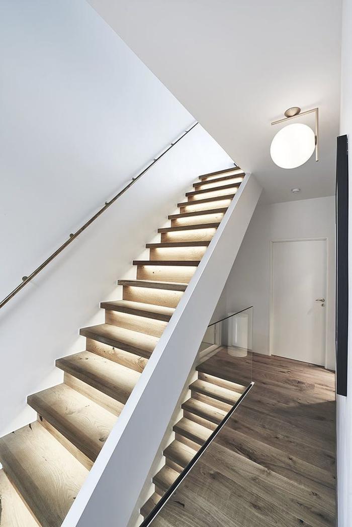 projet de renovation escalier bois au design simple et épuré avec lumières intégrées pour un joli effet sur le bois naturel