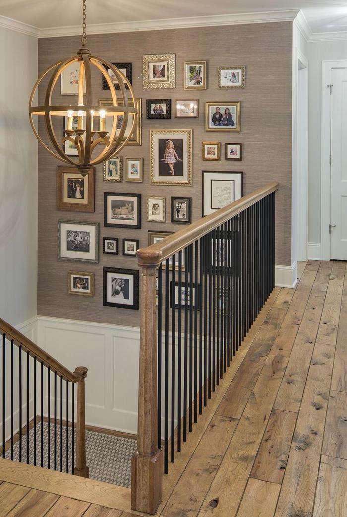 projet de renovation escalier au design classique, créer un mur en cadres façon pêle-mêle sur fond taupe, délimitée par un lambris blanc