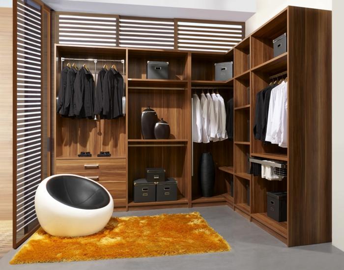 caisson dressing en bois, chaise cocoon, tapis jaune rectangulaire, dressing en l