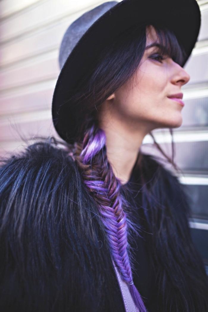couleur cheveux marron avec mèches violet, coiffure de style bohème avec frange et tresse de côté