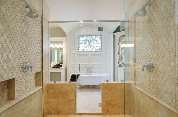 grande salle d'eau de luxe, baignoire sabot, mur blanc, plafond blanc
