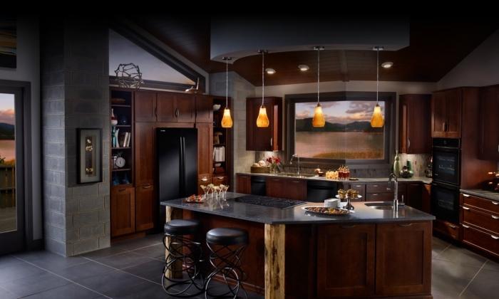 cuisine aux murs gris avec armoires de bois marron foncé et comptoir à design marbre noir