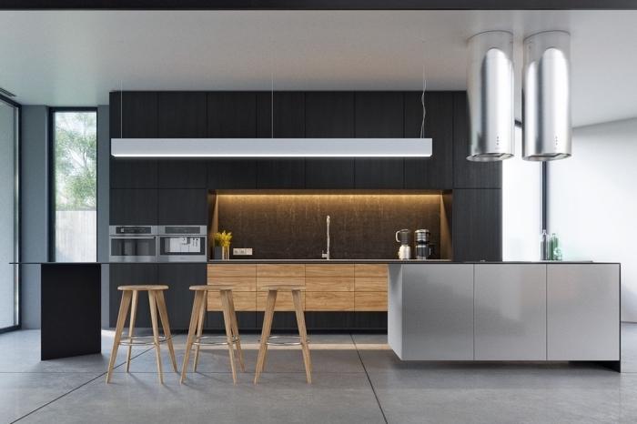 cuisine bois massif, déco en blanc et noir avec lampadaires de nuance argentée métallique