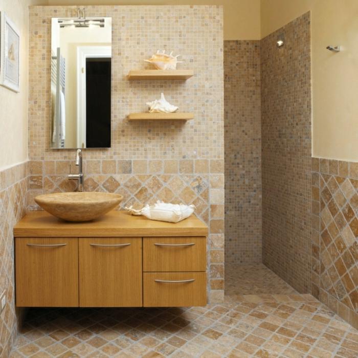 deux petites étagères en bois, carrelage travertin, vasque en pierre en couleur beige, miroir rectangulaire