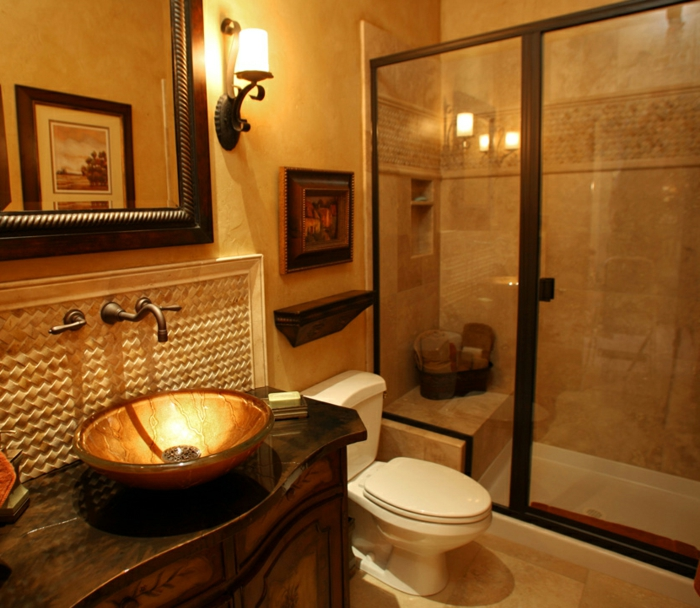 salle de bain avec carrelage travertine, robinet vintage, applique murale, portes vitrées