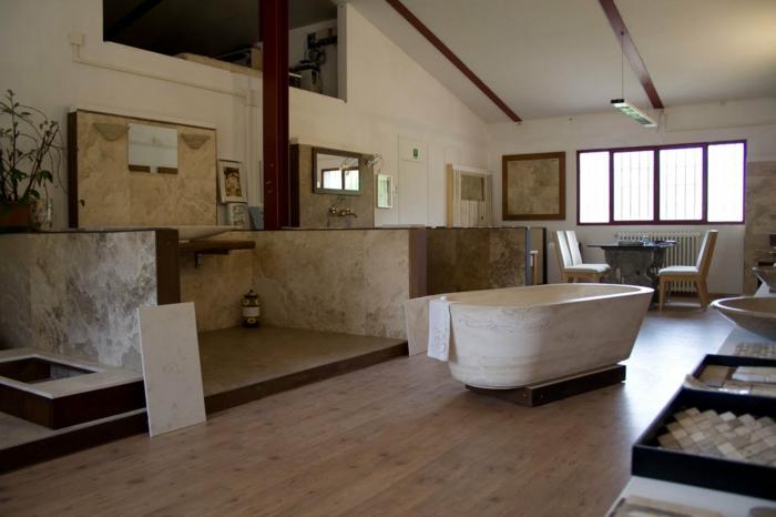salle de bain à espace ouvert, baignoire blanche, plafond blanc, sol en travertin