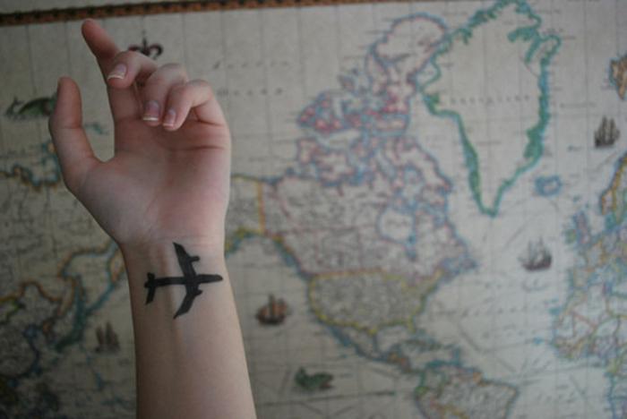 Modele tatouage homme les meilleurs tatouages cool silhouette d avion