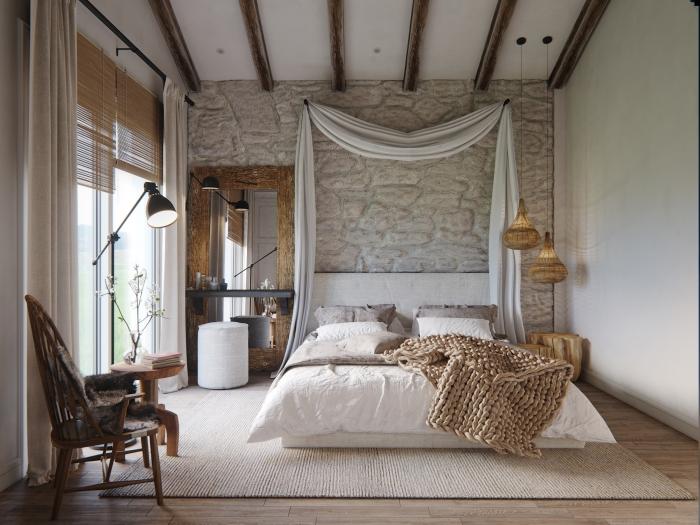 modèle de chambre design au plafond blanc avec poutres bois et murs en pierre, modèle de grand miroir rectangulaire avec cadre de bois massif