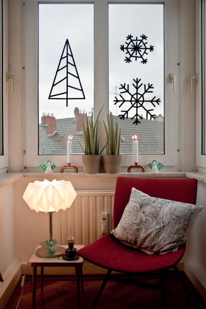 coin de lecture dans la chambre ado fille avec une décoration de noel en washi tape noir sur les fenêtres