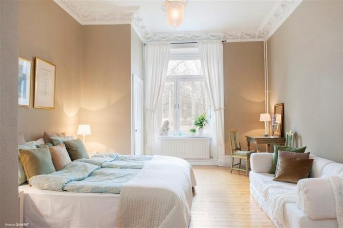comment décorer la chambre ado avec un banc sous fenêtre et canapé blanc, pièce aux murs taupe et plafond blanc avec déco en plâtre