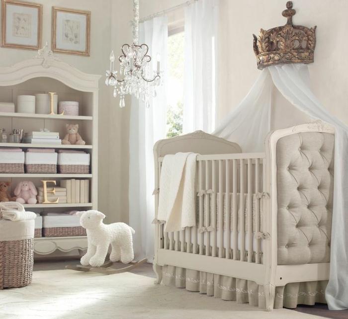 chambre bébé élégante, lit bébé capitonné, étagère style baroque, lustre pampille