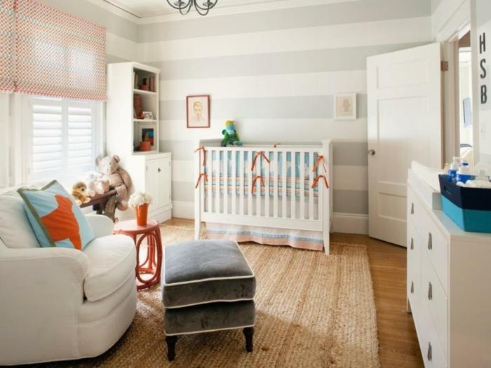 chambre bébé blanche, sol en bois, tabouret gris, tapis naturel, grand fauteuil