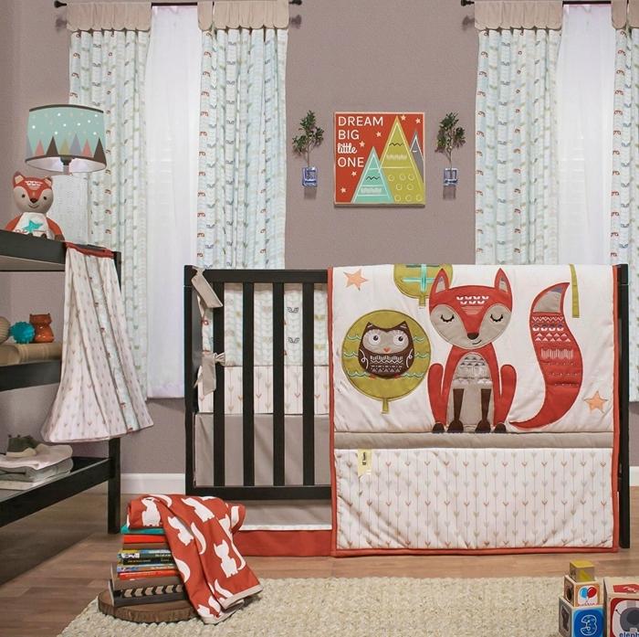 chambre bebe complete, rideaux bleus, décoration d'espace scandinave, textiles bariolés