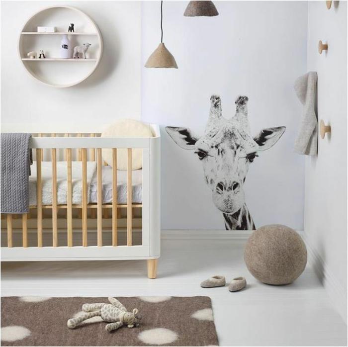 chambre bébé complete pas chere, lit bébé en bois et blanc, étagère ronde, girafe monochrome au mur