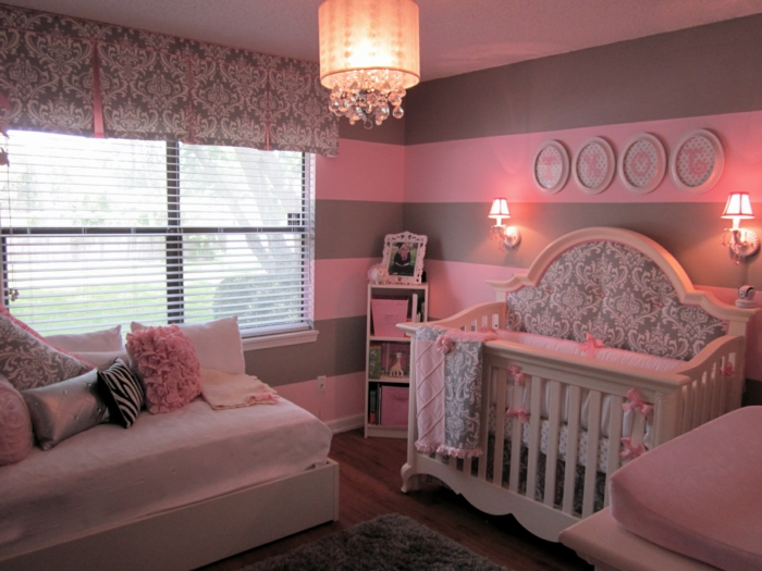 chambre bébé fille, plafonnier charmant, tapis moelleux gris, grande fenêtre