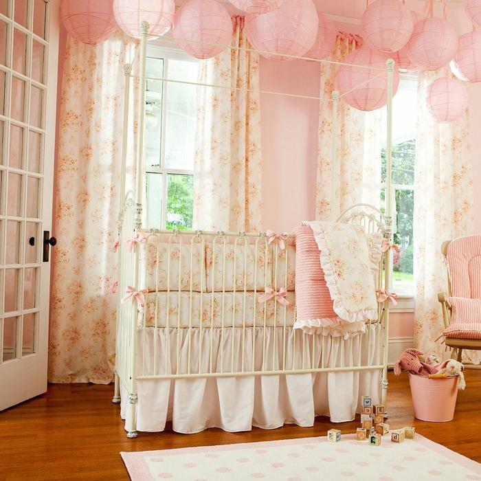 chambre bébé fille pas cher, grand lit de petite fille en style shabby chic, plancher en bois