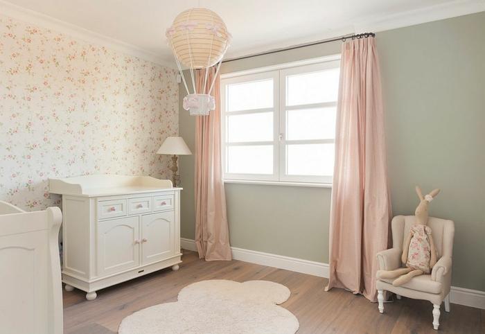 chambre bébé fille pas cher, tapis nuage, plancher en bois, commode et lit blancs, rideaux roses