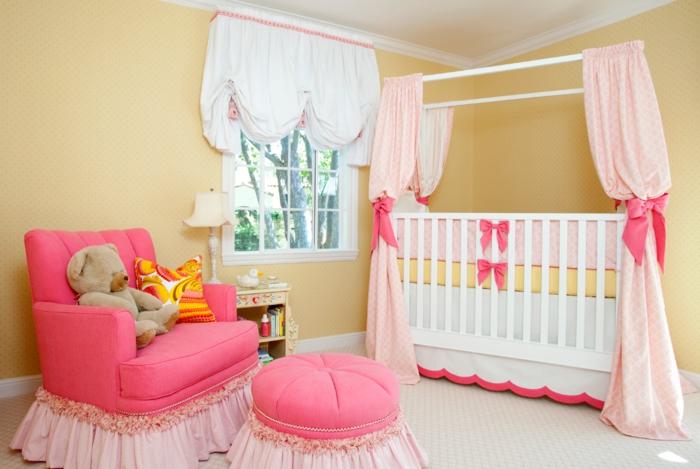 chambre bébé fille pas cher, rideaux de lit roses, fauteuil rose, tabouret rose