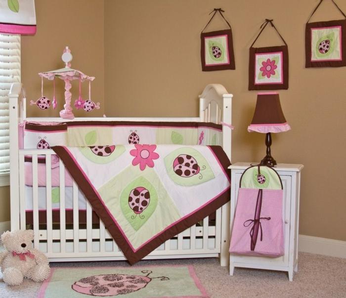 chambre bébé fille pas cher, plaid amusant, tapis coccinelle, lampe abat-jour style ancien, murs marrons
