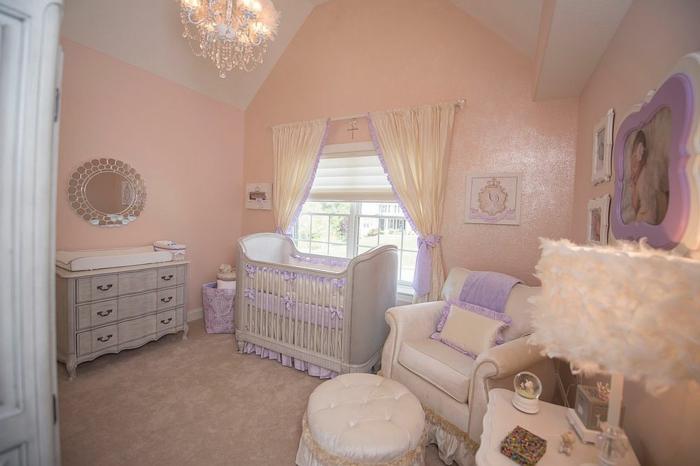 chambre bébé fille pas cher, murs roses, plafonnier splendide, meubles en style baroque