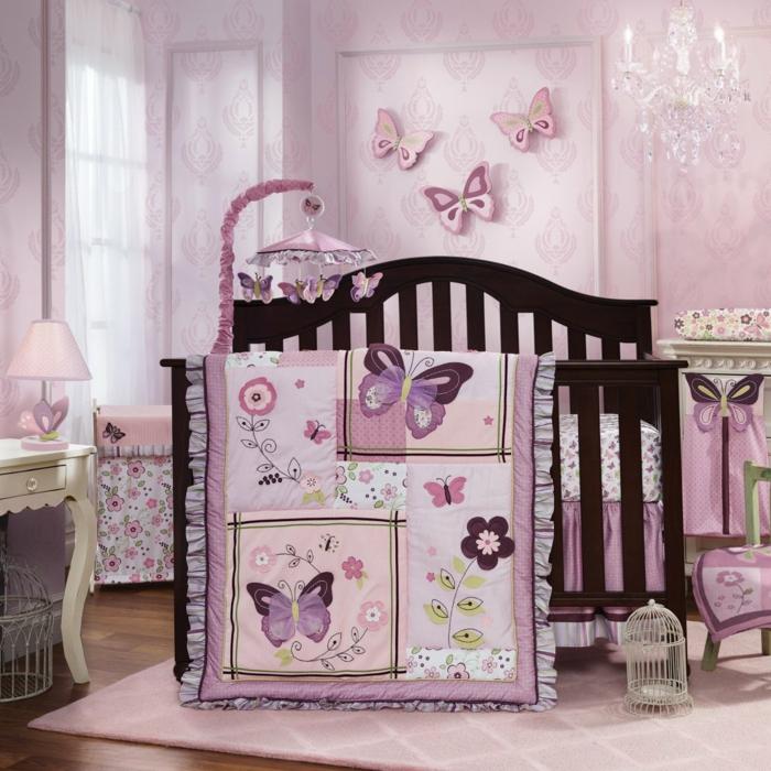chambre bébé fille pas cher, petite coiffeuse baroque, tapis rose, plaid patchwork