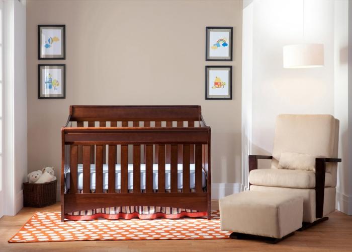 chambre bébé simple, fauteuil beige, lit en bois, mur taupe, tapis géométique