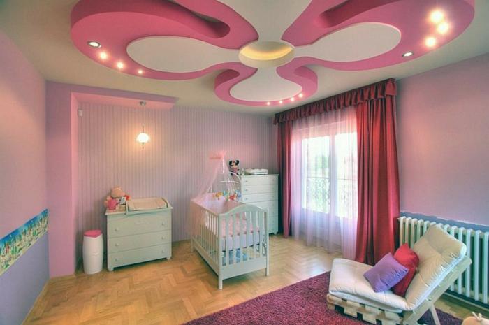 chambre bebe complete, plafond suspendu original, murs lilas, rideaux rouges, lit bébé bleu