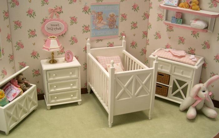 chambre bebe complete, papier peint en rose et blanc, aménagement sympathique