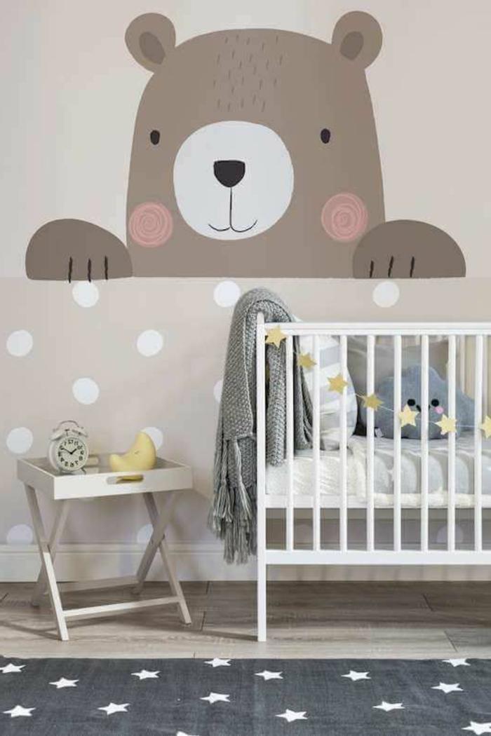 chambre bebe complete, peinture ourson au mur, tapis gris aux étoiles blanches