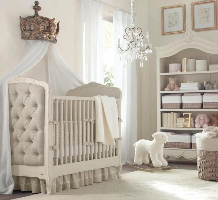 chambre bebe complete, lit bébé blanc, bibliothèque avec paniers en rotin, luminiare baroque