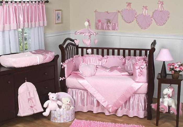chambre bébé complete pas chere, peluches roses, oursons roses en peluche, tapis rose