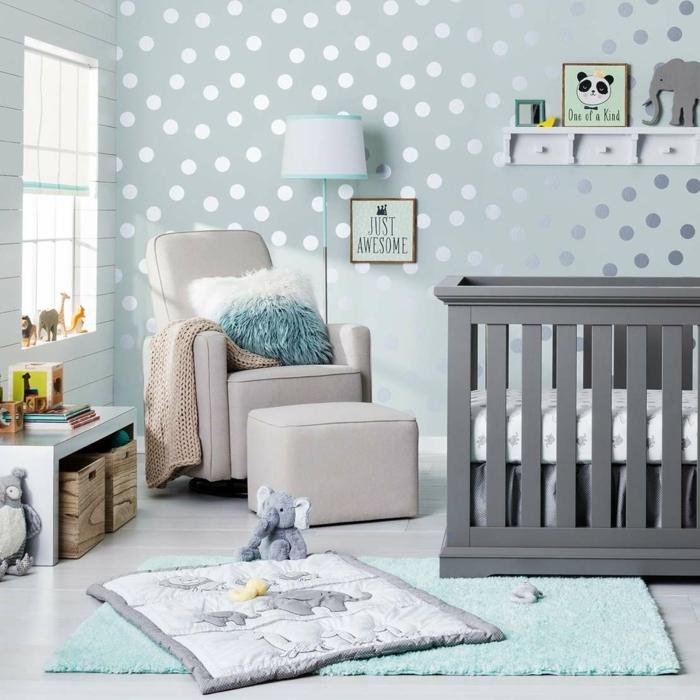 chambre bébé complete pas chere, lit bébé gris, fauteuil gris clair, tapis bleu clair