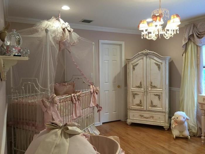 chambre bebe complete, plafonnier baroque, armoire style shabby chic, tête de lit