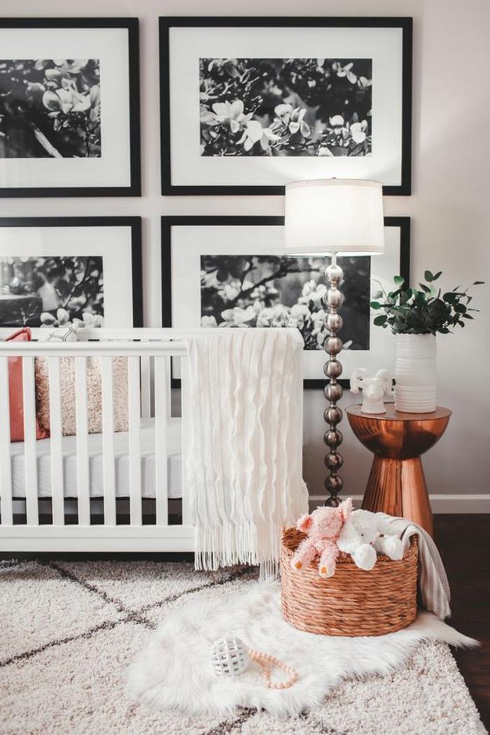 chambre bebe design monochrome, table de chevet cuivrée, panier tressé, tapis berbère