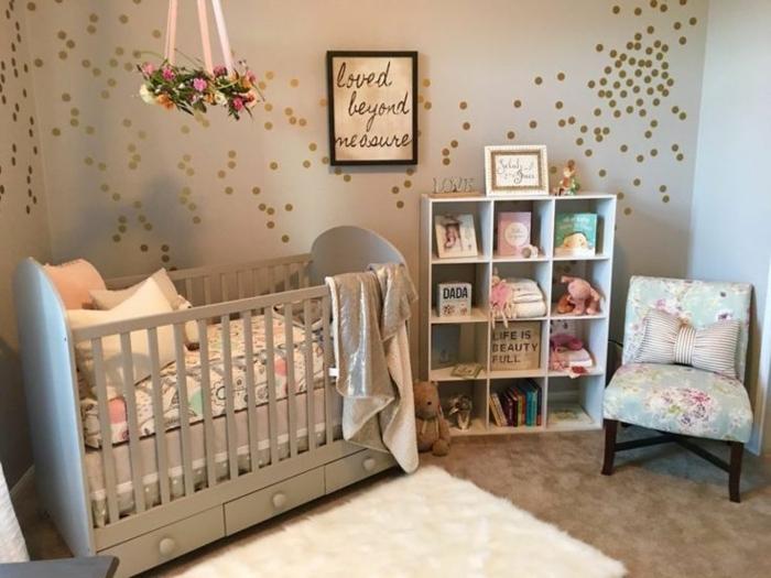 chambre bebe pas chere, chaise simple, tapis moelleux, petite étagère à poser