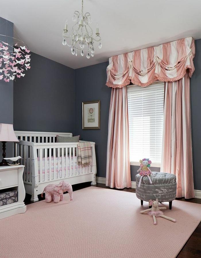 chambre bebe pas chere, lustre pampille, rideaux en rose et blanc, lit bébé, tabouret gris, tapis rose