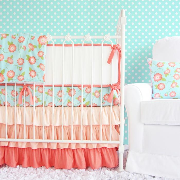 chambre bebe pas chere, lit bébé, tapis poilu, tour de lit floral, lit en bleu et rose