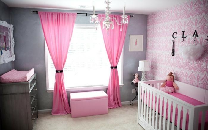 chambre d enfant en rose et gris, rideaux roses, papier peint géométrique-tabouret-coffre-de-jouets
