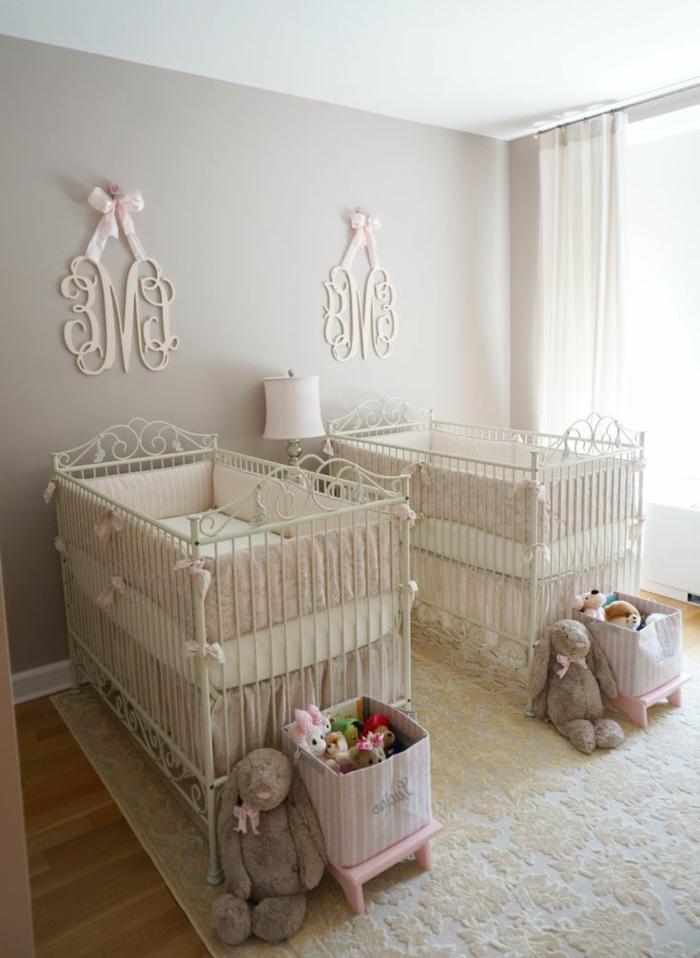 chambre d'enfant originale, décoration élégante, deux lits et lettres accrochées murales