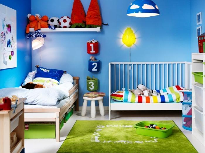 chambre d'enfant, lampe murale jaune, étagère murale blanche, peinture bleue